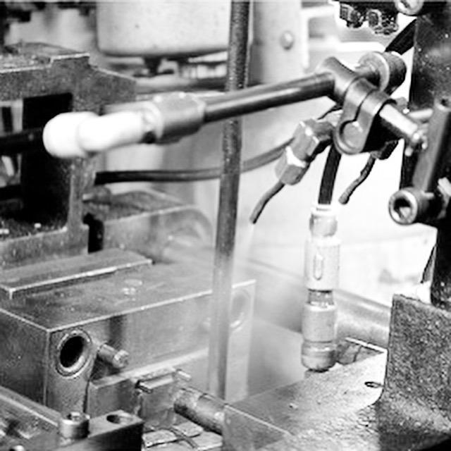 金型から打ち抜かれた製作直後の真鍮を丁寧に磨き上げ、手触りの良さを際立たせてから、真鍮地金の素顔の状態での納品。お客様オリジナルブランド用金具から、オリジナル金具を付属した、アクセサリー、金属小物や革小物まで、お客様のアイデアやイメージを形にするお手伝いをします。