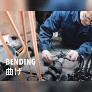 サンプル作りや小ロットでのオリジナル金具の製作には欠かせない伝統ある製法。時には、注文された金属のアール(カーブの角度)を作り上げるために、刃や原盤から作成していくこともあります、、、。