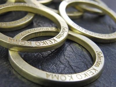 URLとネームが彫刻されているのが分かりますか?型をセットし、真鍮を材料にして、丁寧に一つずつ刻印し、抜いていきます。秘伝の面取り、艶出し加工後のリングの表情。遠めで見ても、文字がはっきり見えるようにしています。