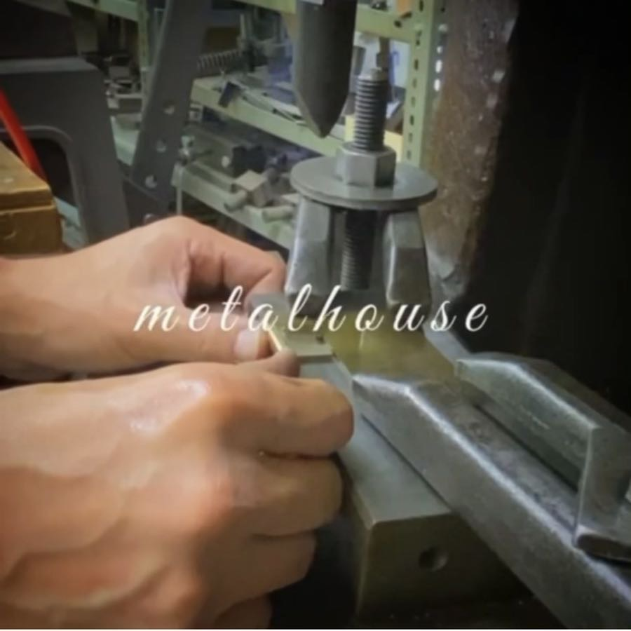 プレス加工で作成した生地に、一つ一つお客様のご要望の仕様にあわせて、熟練の職人がパーツを溶接していきます。数種類のパターンの一つは裏にネジを使用したいとのことでしたので、一つずつ職人がロー付けをして溶接していきます。(純銀を使用し、約800cまで熱し溶接します。)